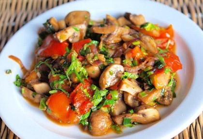 salatka-pomidory-pieczarki