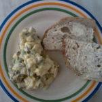Sałatka z brokułem, jajkiem, fetą i słonecznikiem