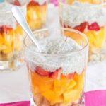 Warstwowe desery – z owocami, galaretką i bitą śmietaną
